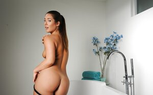Boyfriend wants to take screenshots of naked girl in bathroom and also she doesn't mind