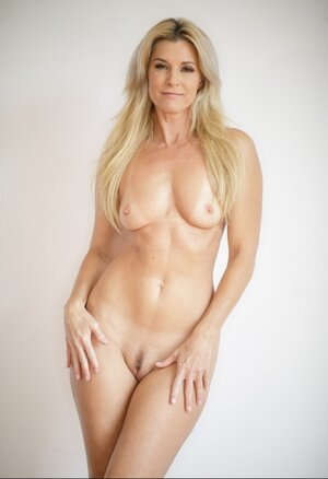 Blonde Eager mom with petite chest poses naked at every opportunity to gladden guys