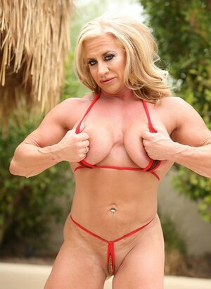 Full-bosomed blonde with navel piercing brags about pumped body outdoors